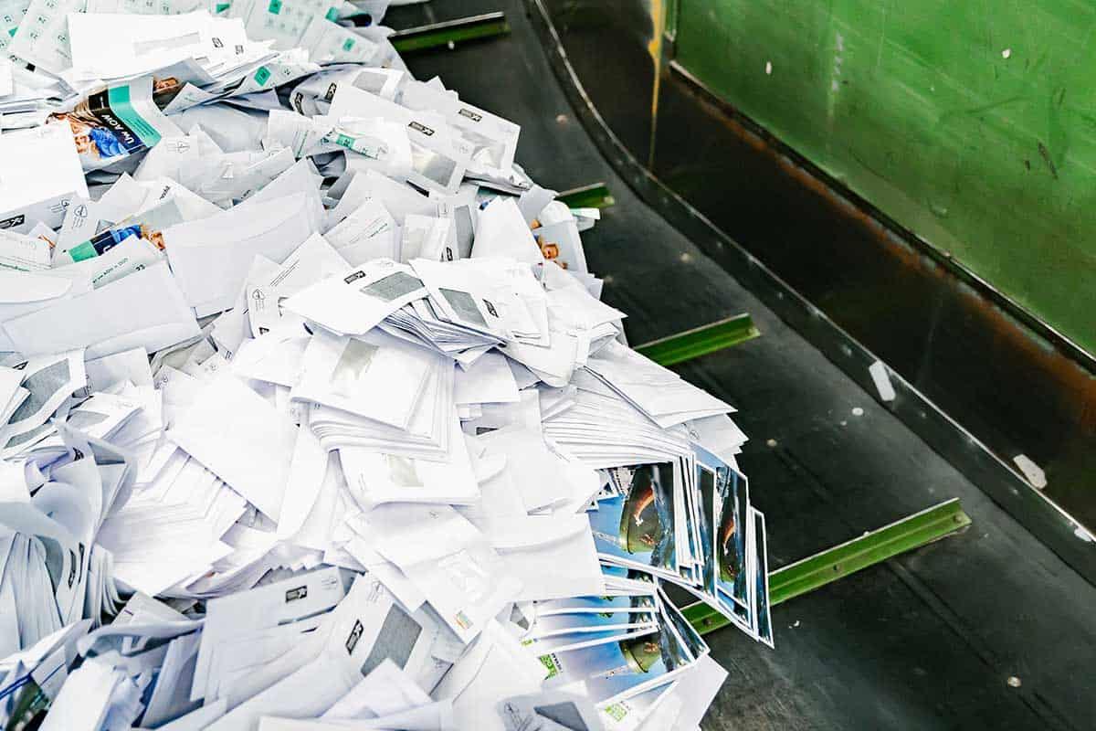 vertrouwelijk-papier-op-de-band-voor-papiervernietiging