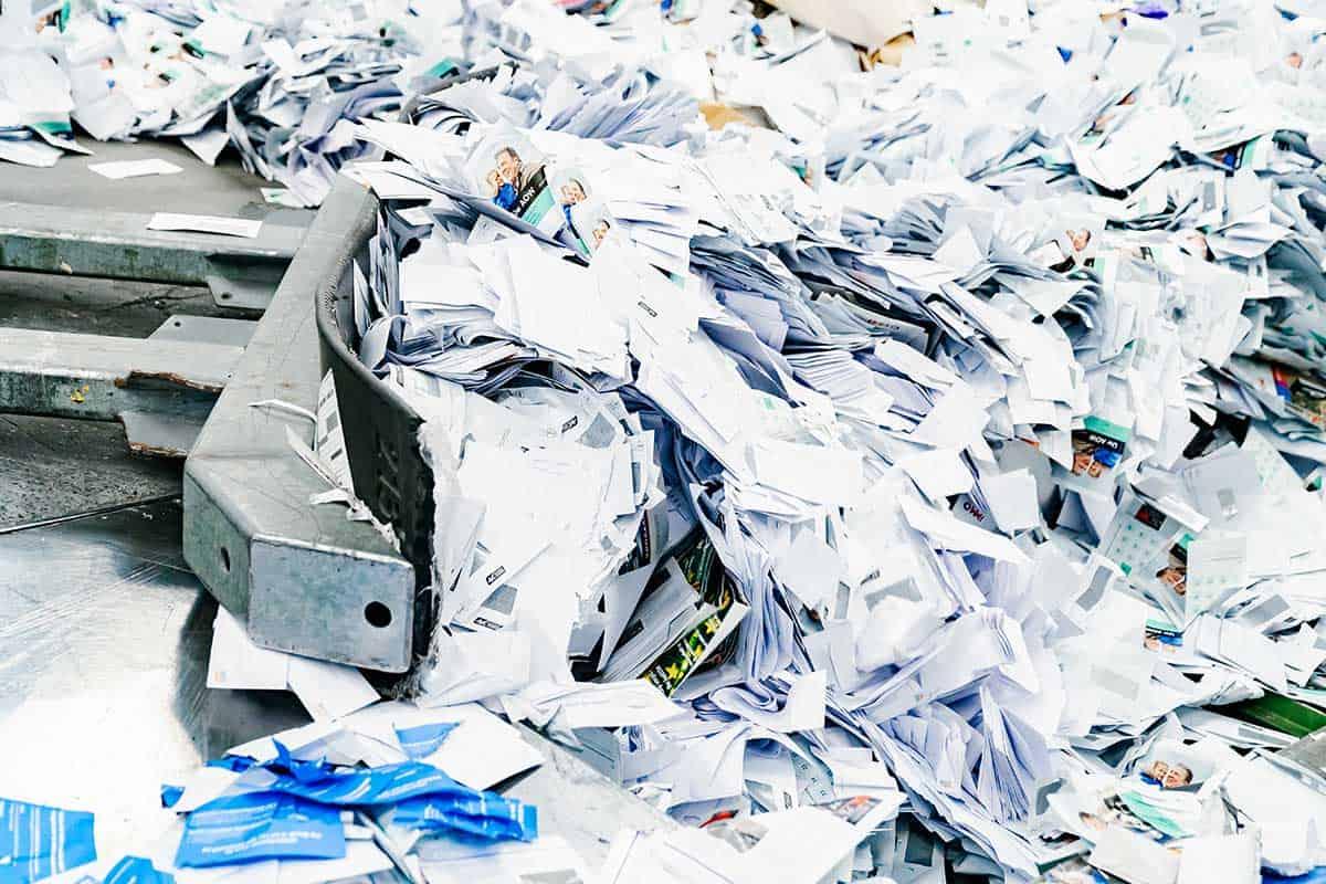 vertrouwelijk-papier-schuiven-in-papiervernietiger-brantjes