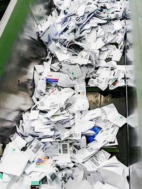 papier-klaar-voor-vernietiging-in-shredder