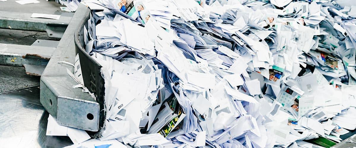 vertrouwelijk-papier-schuiven-voor-papiervernietiging
