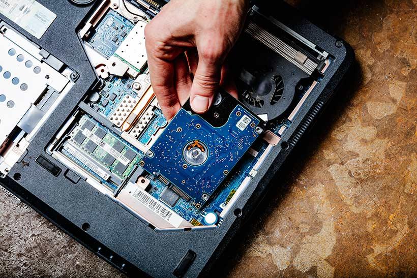 harde-schijf-uit-laptop-demonteren